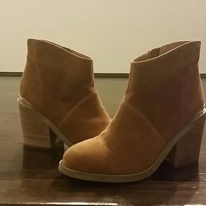 STEVEN booties with gold accents
